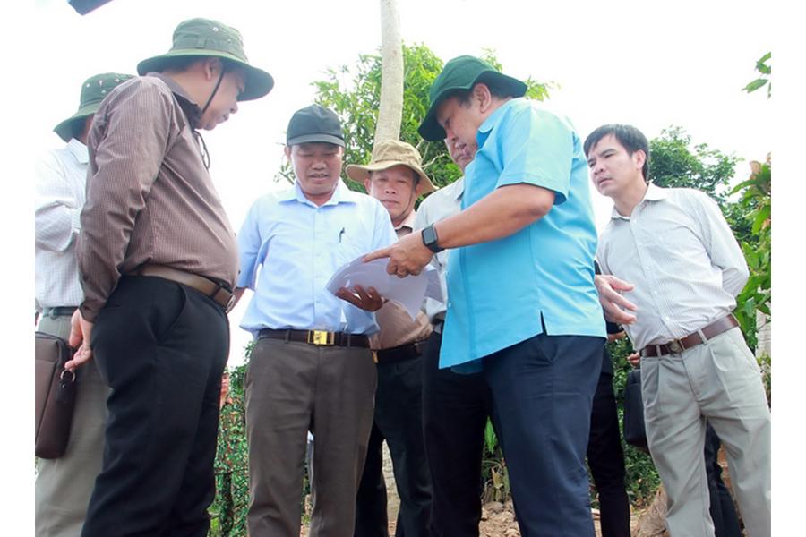 Ban Chỉ huy Phòng chống thiên tai và Tìm kiếm cứu nạn tỉnh đã đến khảo sát điểm sạt lở cồn Thanh Long để tìm giải pháp bảo vệ an toàn cho sản xuất, dân sinh tại khu vực này.