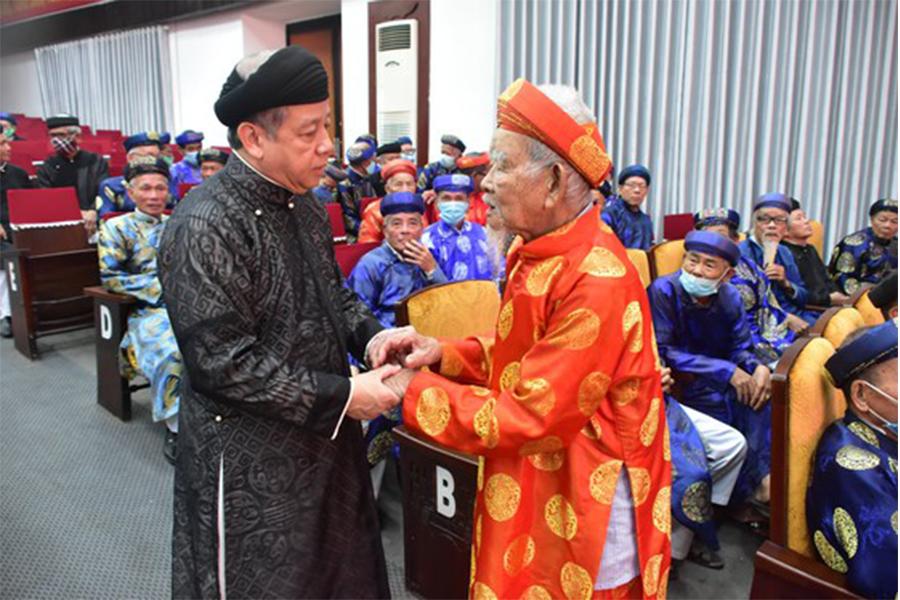 Chủ tịch UBND tỉnh Thừa Thiên – Huế  gặp mặt thân mật với hơn 400 trưởng họ tộc, già làng trên địa bàn tỉnh.