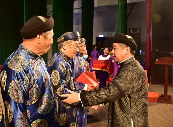 Tặng quà cho các trưởng họ tộc và già làng tại Thừa Thiên-Huế.