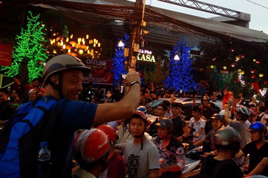 Một ông Tây ghi lại hình ảnh thanh niên Việt Nam xuống đường mừng chiến thắng của đội U 23