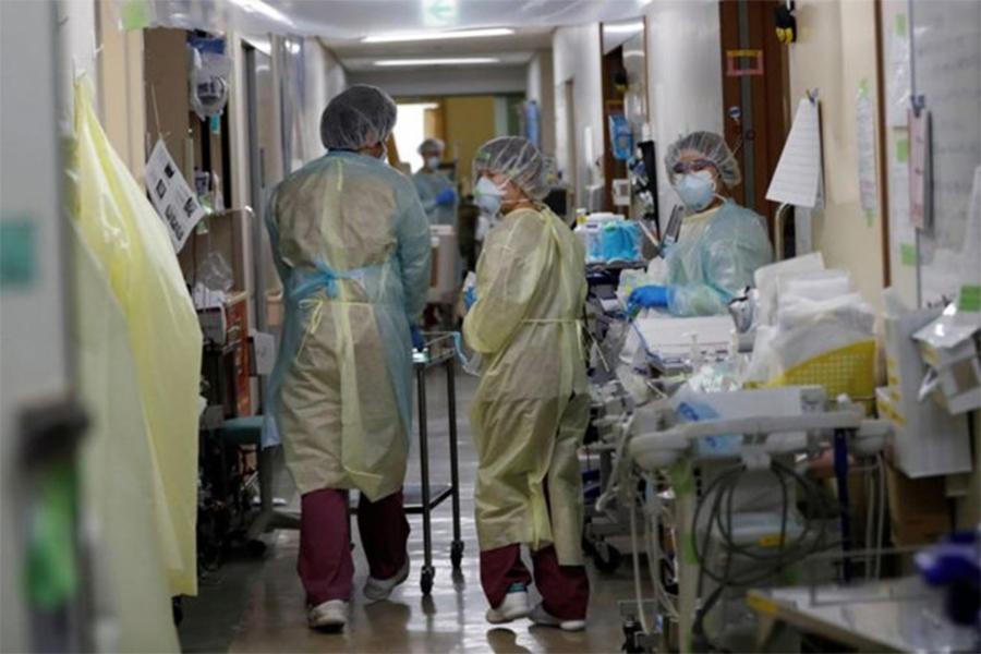 Y bác sĩ tại trung tâm chăm sóc đặc biệt của bệnh viện Đại học St. Marianna ở phía nam Tokyo hôm 4.5 REUTERS