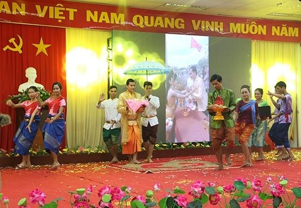 Các bạn trẻ tái hiện lễ cưới của đồng bào Khmer.