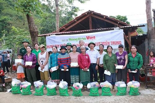 Tạp chí Nông thôn Việt trao tặng quà cho bà con vùng lũ.