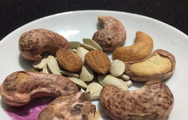Bổ sung một số loại hạt vào bữa ăn nhẹ rất tốt cho sức khỏe. Ảnh: NHẬT LINH