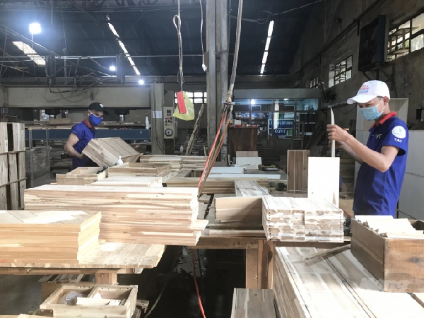Sản xuất đồ gỗ xuất khẩu ở Công ty Cổ phần Chế biến gỗ Thuận An. Ảnh: Thanh Sơn.
