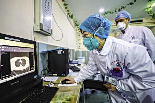 Một bác sĩ nhìn vào ảnh chụp CT phổi của bệnh nhân tại Vũ Hán - Trung Quốc. Ảnh Getty Images.