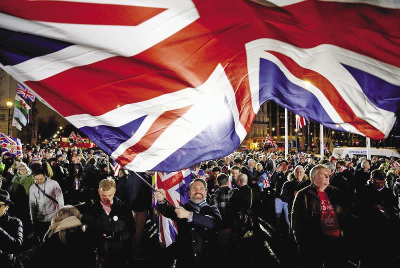 Một người đàn ông ở Luân Đôn vẫy cờ vào ngày 31 tháng 1, sau khi Anh trở thành quốc gia đầu tiên rời khỏi EU. Ảnh CNN.