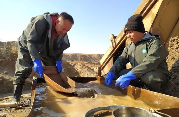 Đãi vàng ở Uzbekistan.