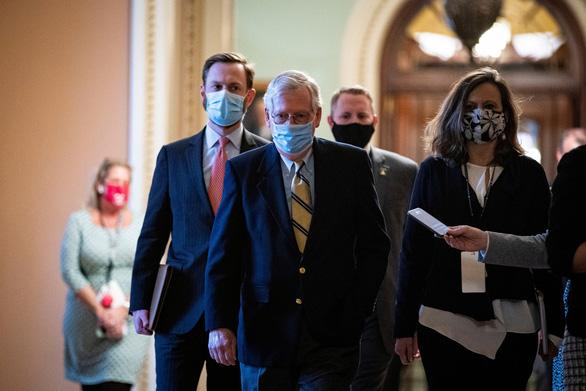 Thượng nghị sĩ Mitch McConnell (giữa) rời khỏi phòng họp thượng viện sau phiên bỏ phiếu - Ảnh: REUTERS