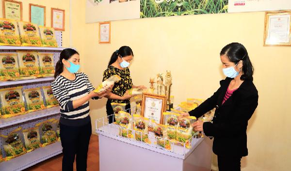 Sở Nông nghiệp và Phát triển nông thôn Hà Nội đang phối hợp với nhiều đơn vị giới thiệu sản phẩm của Chương trình mỗi xã một sản phẩm (OCOP). Trong ảnh: Khách hàng tìm hiểu sản phẩm gạo Bắc thơm tại Hợp tác xã Nông nghiệp Tam Hưng (huyện Thanh Oai). Ảnh: Quang Thái.