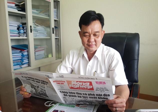 Ông Huỳnh Ngọc Nhã, Giám đốc Sở NN-PTNT tỉnh Sóc Trăng xem thông tin trên Báo NNVN. Ảnh: Trọng Linh.