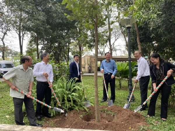 Bộ trưởng Nguyễn Xuân Cường và lãnh đạo các đơn vị thuộc Bộ NN-PTNT trồng cây tại Viện Chăn nuôi. Ảnh: Nguyên Huân.