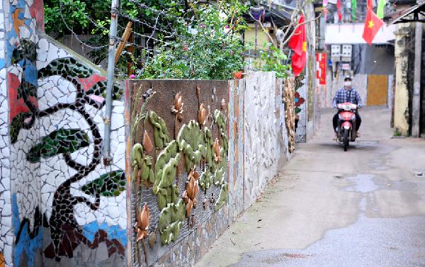 Con đường tranh ghép gốm, sứ của làng Liên Mạc (quận Bắc Từ Liêm).
