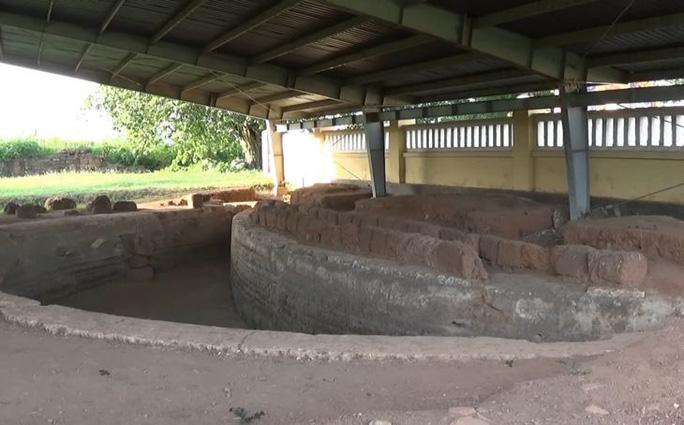 Không gian hoang sơ còn lưu lại những phế tích lịch sử Thành Hoàng Đế.