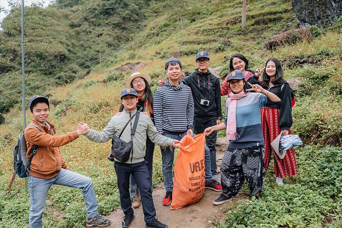 Trần Việt Anh (trái) và nhóm travel blogger trong chuyến nhặt rác tại Hà Giang. (Ảnh chụp tại thời điểm dịch Covid-19 chưa bùng phát).