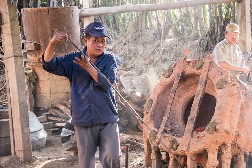 Nghệ nhân Nguyễn Văn Minh đang làm nghề