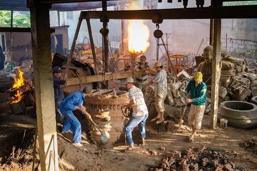 Đổ đồng vào khuôn trong xưởng của nghệ nhân Nguyễn Văn Minh