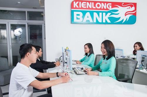 Khách hàng giao dịch tại Kienlongbank.