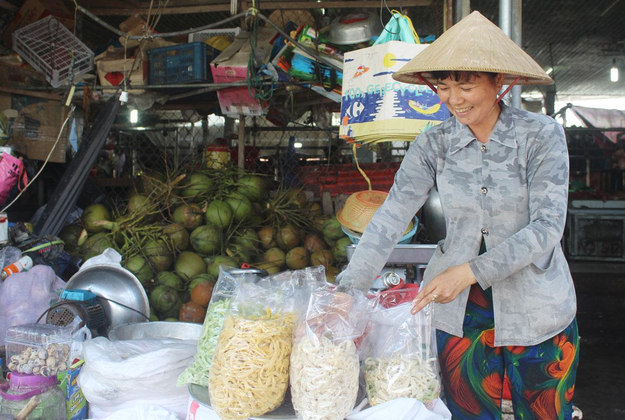 Đến gần Tết Nguyên đán, bà Nguyễn Thị Ngọc Hậu có thêm thu nhập từ làm mứt dừa truyền thống.
