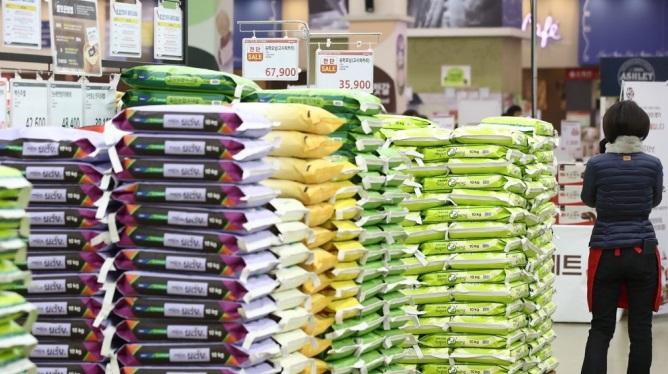 Bên trong một kho chứa gạo ở siêu thị thủ đô Seoul hôm 10/1/2021. Ảnh: Yonhap.