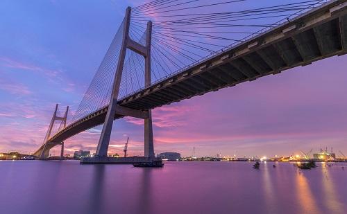 Cầu Phú Mỹ - cây cầu dây văng lớn nhất TP HCM bắc qua sông Sài Gòn nối quận 2 và quận 7 được xây dựng theo hình thức BOT.