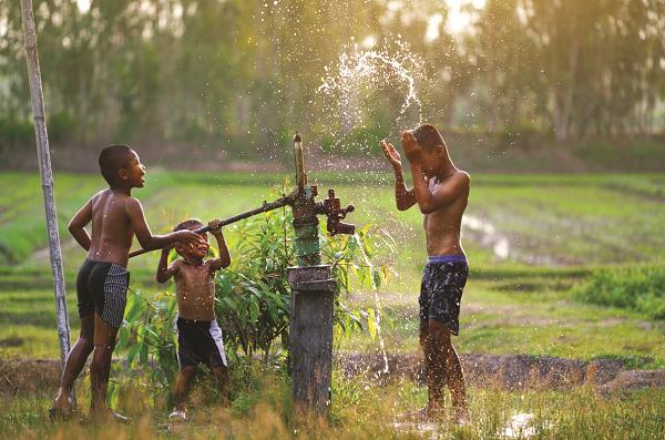 Nước sạch cho vùng nông thôn đang là vấn đề đáng được quan tâm.