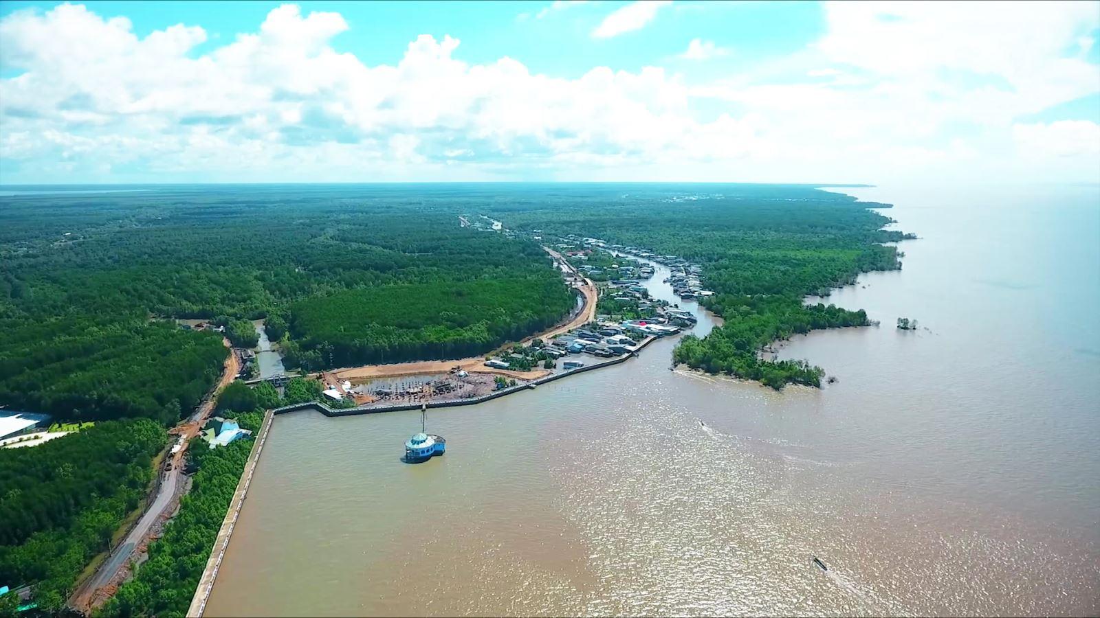 Cà Mau nói riêng đang đối diện với nhiều khó khăn thử thách liên quan đến sạt lở bờ sông, xói lở bờ biển, giông lốc, nước biển dâng…