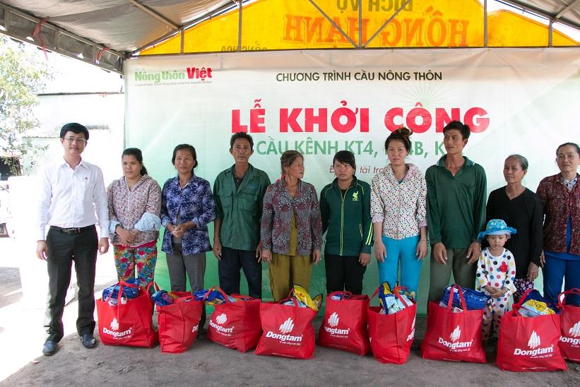 Tặng quà cho bà con nghèo tại xã Thái Trị, huyện Vĩnh Hưng, tỉnh Long An