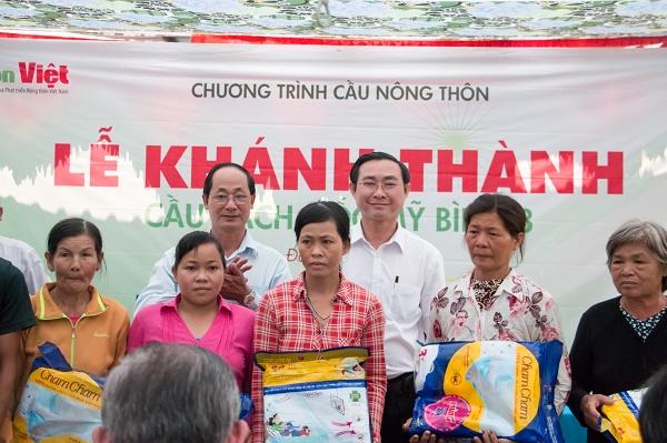 Đại diện các nhà tài trợ trao quà cho người dân