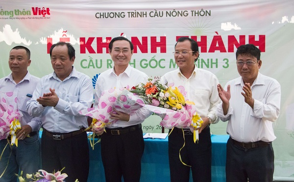 Lãnh đạo địa phương tặng hoa cho các doanh nghiệp tài trợ