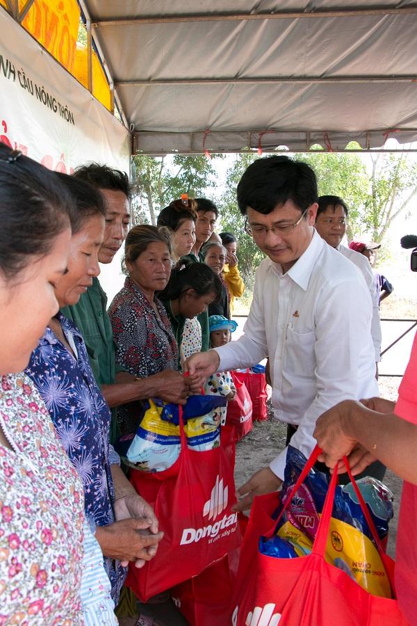 Bên cạnh tài trợ cầu, các doanh nghiệp còn trao quà cho bà con nghèo tại địa phương trong các buổi lễ khởi công/ khánh thành.