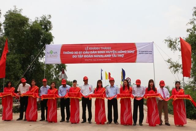 Nguyên Chủ tịch nước Trương Tấn Sang cùng các đại biểu cắt băng khánh thành cầu Nam Hang. Ảnh: Thùy Dung