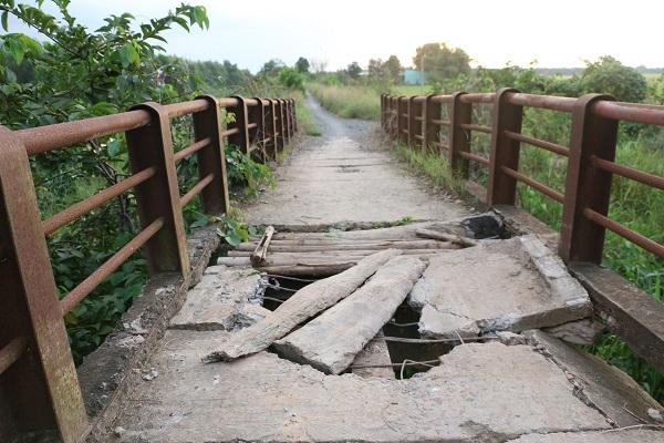 Nhiều đoạn bê tông bị đứt gãy, hư hỏng, gây nguy hiểm cho người đi đường