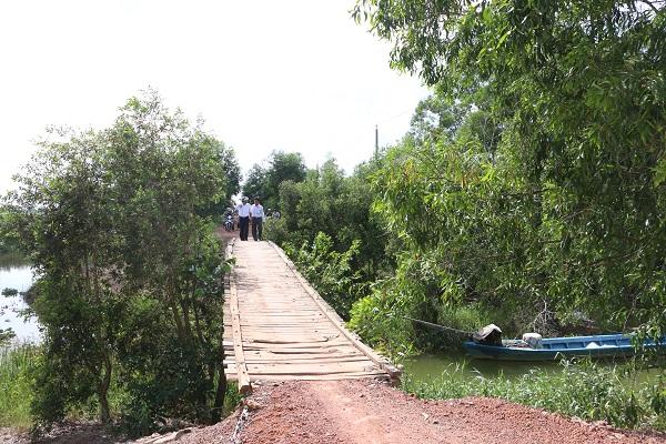 Cây cầu gỗ trước đây nằm trên tuyến Kênh trung tâm huyện Thạnh Hóa tỉnh Long An, hiện đang được chương trình Cầu Nông thôn thay thế bằng cầu bê tông cốt thép mới, tải trọng 5 tấn.
