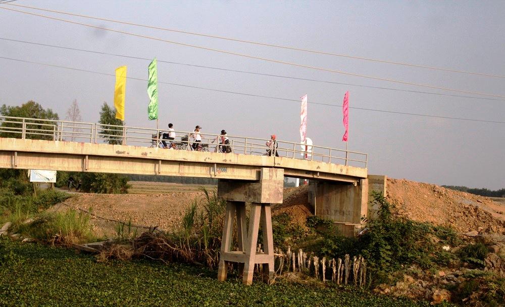 Các em lại có thêm một niềm vui nho nhỏ: nán lại giữa những cây cầu mới – nơi cao nhất và phóng tầm mắt ngắm nhìn hoàng hôn. Ảnh: Trang Thúy.