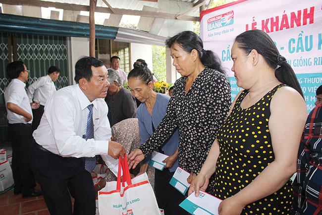 Đại diện Kienlongbank trao quà cho bà con khó khăn tại địa phương.