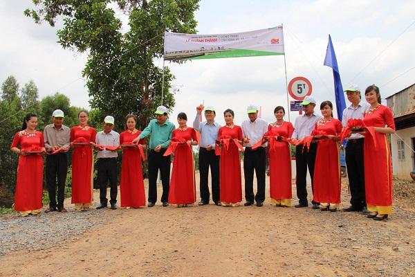 Lễ cắt băng khánh thành cầu kênh N5 do Liên doanh Việt - Nga VietsovPetro tài trợ xây dựng tại xã Tân Hiệp, huyện Thạnh Hóa