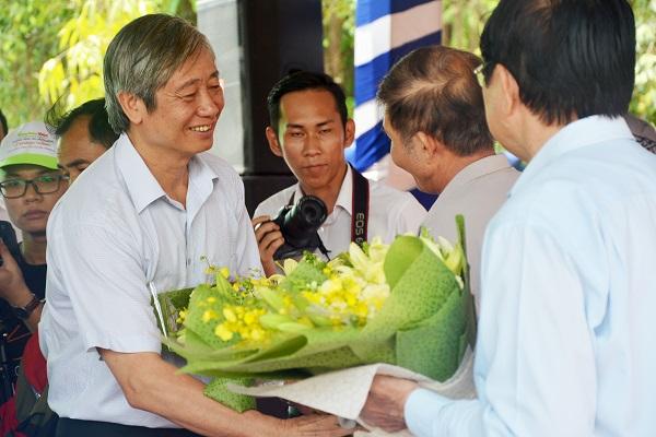 Ông Nguyễn Văn Tươi, người dân của xã Tân Hiệp gửi bó hoa thay lời cảm ơn đến ông Nguyên Chủ Tịch Nước Trương Tấn Sang và ông Nguyễn Đức Quang, Tổng biên tập Tạp chí Nông thôn Việt, đại diện Ban tổ chức chương trình Cầu Nông Thôn