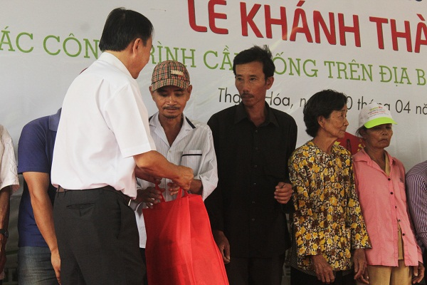 Dịp này, Liên doanh Việt – Nga VietsovPetro, Công ty Cổ phần Đồng Tâm cùng với Công ty Cổ phần TM – SX – XD Hưng Thịnh đã trao một số phần quà cho học sinh và một số hộ nghèo.