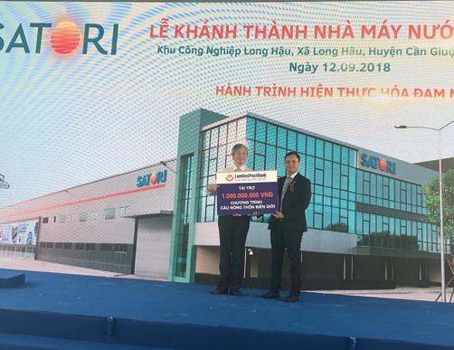Đại diện LienVietPostBank trao bảng tượng trưng 1 tỷ đồng tài trợ cho Chương trình Cầu Nông thôn của Tạp chí Nông thôn Việt.