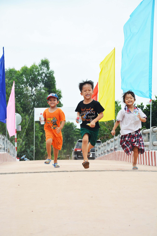 Trẻ em vui chơi trên cây cầu mới do chương trình Cầu nông thôn vận động xây dựng. Ảnh: NTV.