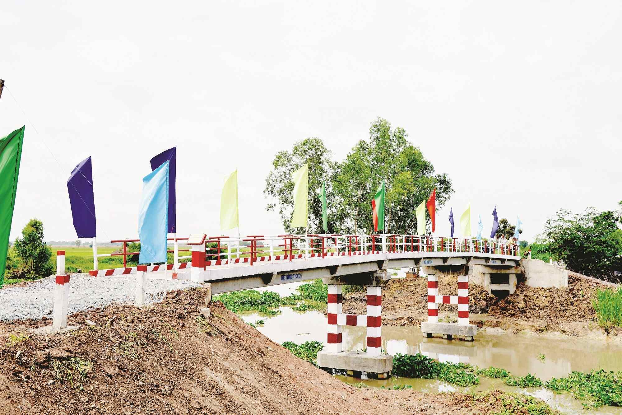 Cầu kênh Hưng Điền do chương trình Cầu nông thôn vận động xây dựng tại huyện Vĩnh Hưng. Ảnh: NTV
