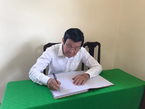 Nguyên Chủ tịch nước Trương Tấn Sang viết sổ lưu niệm tại Nhà tưởng niệm Mẹ VNAH Trần Thị Viết