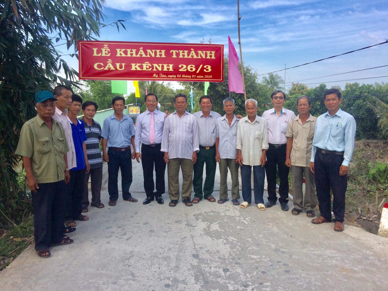 Ban lãnh đạo Kienlongbank chụp hình lưu niệm cùng chính quyền và người dân tại địa phương
