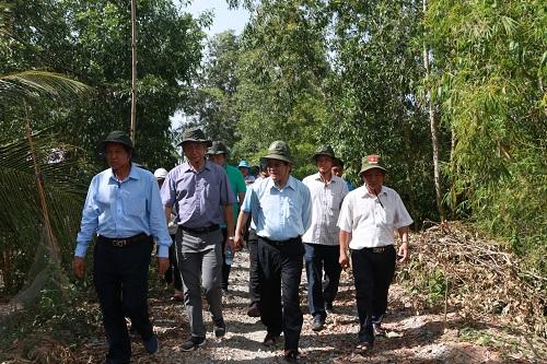 Nguyên Chủ tịch nước Trương Tấn Sang trực tiếp khảo sát các vị trí dự kiến xây cầu
