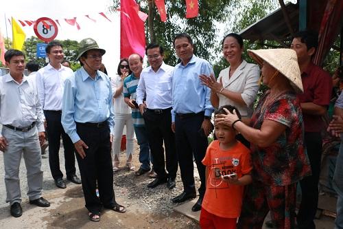 Nguyên Chủ tịch nước Trương Tấn Sang thăm hỏi người dân tại địa phương.