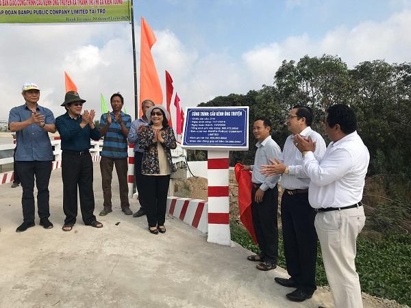 Nghi thức kéo băng khánh thành cầu do Tập đoàn Banpu Public Company Limited tài trợ.