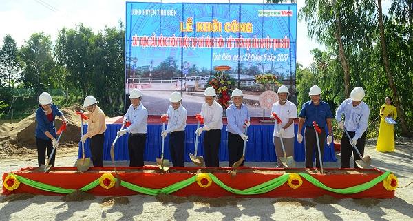 Khởi công xây dựng cầu nông thôn thuộc Chương trình cầu Nông thôn Việt trên địa bàn huyện Tịnh Biên. Ảnh: Thanh Tiến