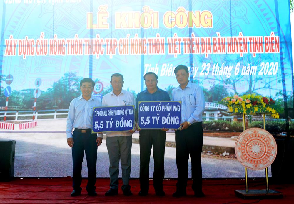 Các đơn vị tài trợ trao bảng tượng trưng kinh phí hỗ trợ xây cầu tại Tịnh Biên. Ảnh: Thanh Tiến