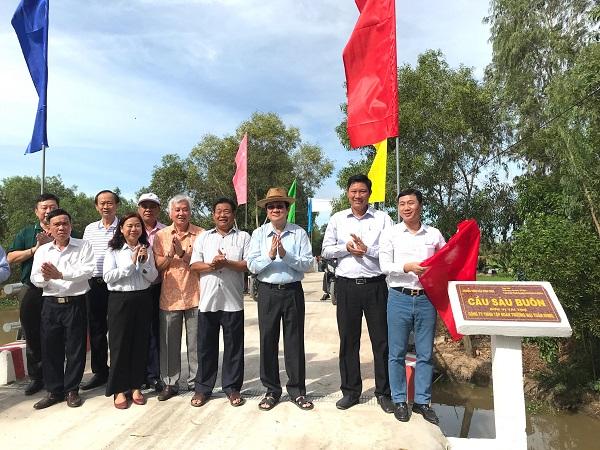 Các đại biểu tham quan các công trình cầu mới.